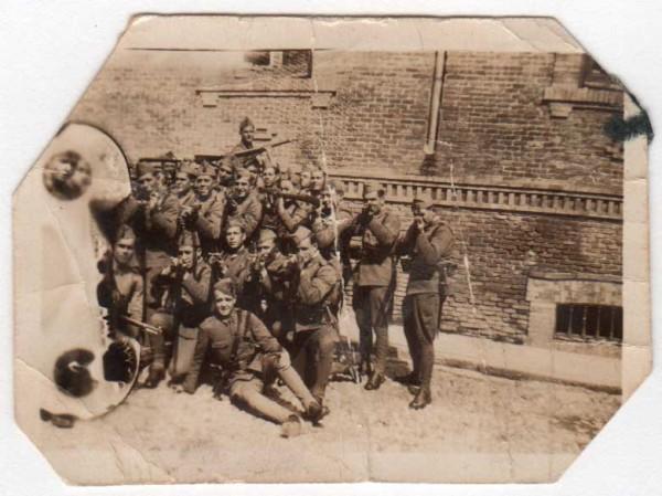 Grupo de soldados anónimos, probablemente durante la guerra civil